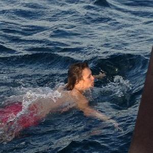 Frau schwimmt nackt im Meer