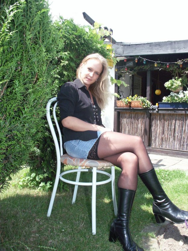 Blondine mit Strumpfhosen Ledersteifeln